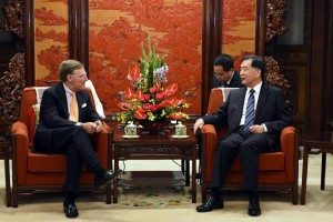 L-R: Terry McGraw (ICC) and Chinese Vice Premier Wang Yang
